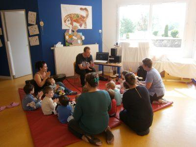 Cours de musique en crèche avec les enfants