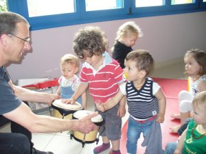 Éveil musical avec Fouet Thierry professeur de musique dans une crèche à Isômes proche de Is-sur-Tille et Langres. On peut voir les enfants essayant de pratiquer la musique en jouant de la percussion (bongos).