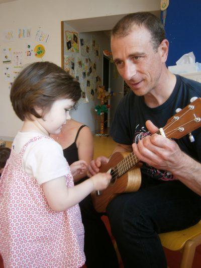 Apprentissage des instruments à cordes comme le Ukulélé avec les enfants