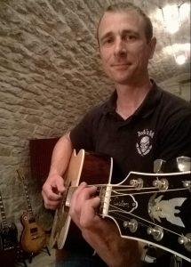Thierry Fouet Professeur de musique enseigne la guitare (classique, folk et électrique) , le piano et la MAO en Haute-Marne (52). Il anime également des cours d'éveil musical avec les enfants dans les crèches ou dans son studio.