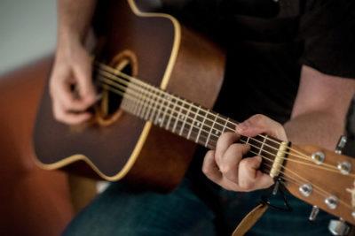 Guitare acoustique folk de forme dreadnought avec des cordes en acier. Thierry Fouet professeur de musique enseigne la guitare acoustique Folk.