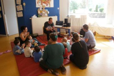 Photos montrant Thierry Fouet professeur de musique réalisant un atelier d'éveil musical dans une crèche en Haute Marne