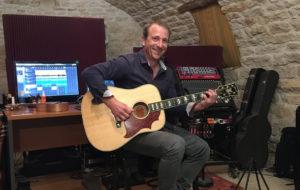 Thierry Fouet est professeur de musique en Haute-Marne (52). Il enseigne la guitare mais aussi le piano. Il donne des cours de MAO (musique assistée par ordinateur). Thierry anime également des ateliers d'éveil musical avec les enfants.